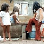 La pobreza es una de las causas de que los niños no sean inscritos.