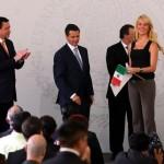 Entrega de nacionalidad mexicana a una bella modelo. No ocurre igual con las mujeres centroamericanas que incluso tienen hijos nacidos en México.