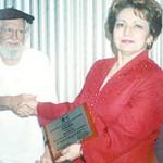 La Dra. Nydia Palacios Vivas, uno de las ex profesoras del René Schick, recibe un reconocimiento del poeta Ernesto Cardenal.