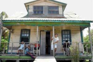 """Aparte de costumbres, apellidos, comidas y demás, hasta las viviendas de estos """"raizales"""" de San Andrés se asemejan a las de Bluefields."""