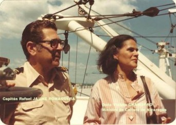 """Violeta Barrios vda. Chamorro y el capitán Jaume, a bordo del buque """"Roncesvalles""""."""