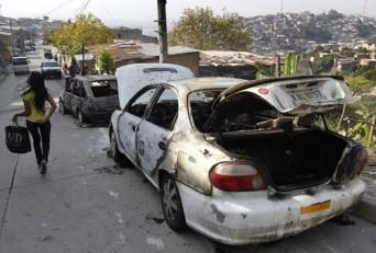 Los dueños de estos dos carros no pudieron pagar la extorsión. Este fue un primer aviso, el segundo podría ser que les quiten la vida.