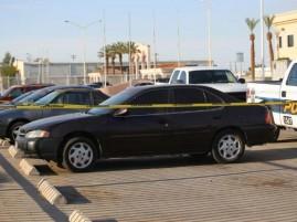 En el carro Nissan oscuro fue encontrada la niña que presuntamente olvidó su madre.