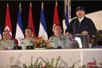 El presidente Daniel Ortega con el jefe del Ejército, general Julio César Avilés y otros mandos superiores.