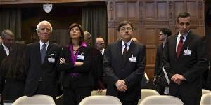 María Ángela Holguín, canciller de Colombia y su equipo de abogados en La Haya.