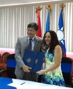 Rolando Jer-Ming Chuang, embajador de Taiwán y la ministra de Salud Sonia Castro.