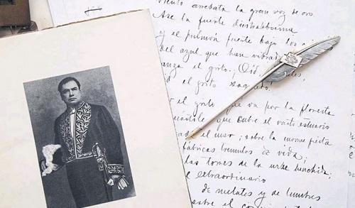 Rubén Darío, retrato, pluma y facsímil de carta manuscrita.