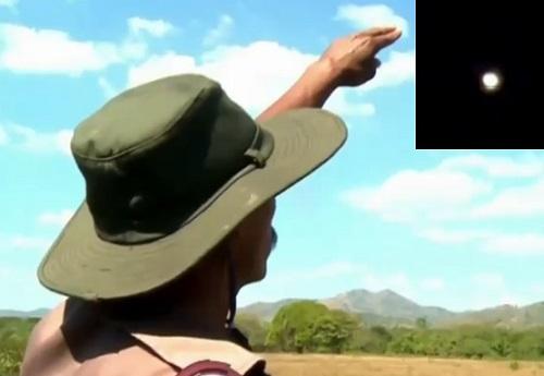 Manuel Martínez, habitante de El Sauce, señala el lugar donde vieron las luces, una de las cuales aparece inserta.