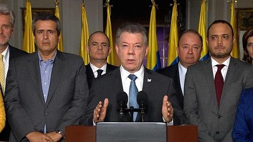 El presidente Juan Manuel Santos y sus asesores. Sus rostros lo dijeron todo tras conocer la nueva derrota.