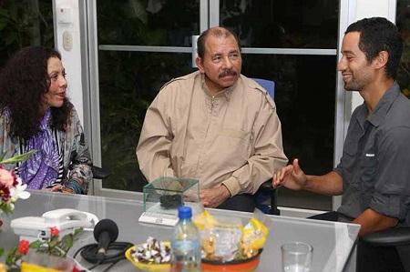 El presidente Daniel Ortega y la primera dama Rosario Murillo, con Sam Cossman, el explorador que estudió el lago de lava del volcán Masaya.