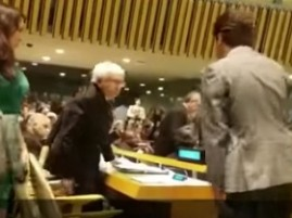 Momento en que delegados de varios países abandonan sus asientos en el plenario de la ONU.