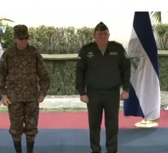 El general Julio César Avilés y su homólogo salvadoreño general general Munguía Payés.