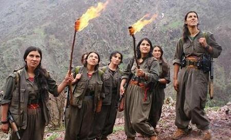 Guerrilleras kurdas en la montaña.