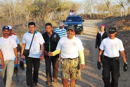 """Francisco López con parte de los amigos que lo acompañan cada año en la caminata hacia """"La Sobriedad""""."""