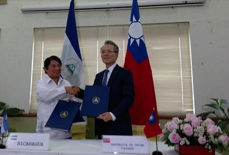 El canciller Denis Moncada y el embajador de Taiwán, Jaime Chin-Mu Wu.