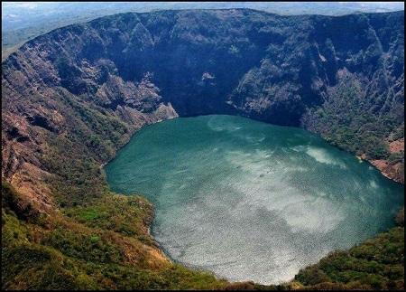 La impresionante laguna del volcán Cosigüina.