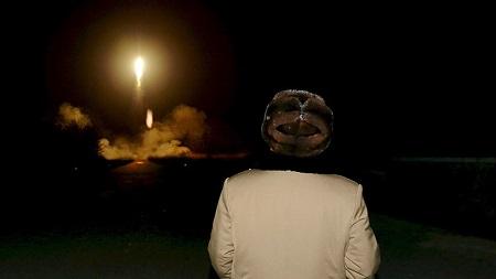 Kim Jong-un, observa el lanzamiento de un misil en un lugar desconocido, en una foto sin fecha publicada por la agencia KCNA en Pionyang (Corea del Norte) el 11 de marzo de 2016.