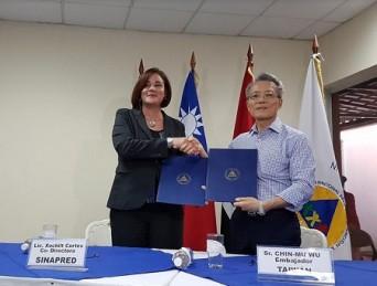 Jaime Chin-Mu Wu, embajador de Taiwán en Nicaragua y Xóchitl Cortés, del Sinapred.