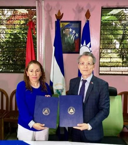 La Dra. Sonia Castro y el embajador Jaime Chin-Mu Wu.