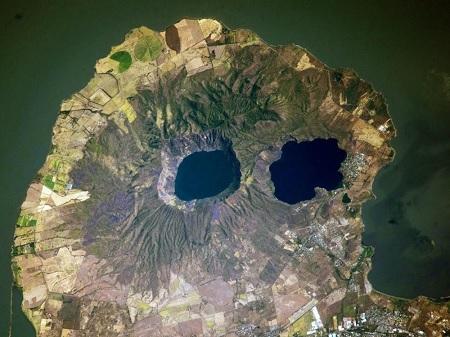 La apariencia fantasmal del complejo volcánico de Apoyeque no deja de tener visos de realidad.