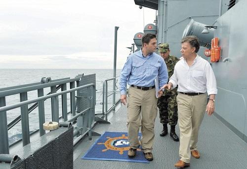 Juan Manuel Santos, expresidente de Colombia, en una muestra de prepotencia navegó en un buque de guerra que invadió aguas territoriales de Nicaragua.