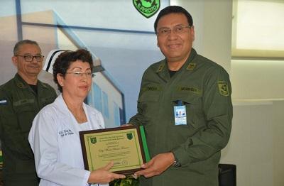 La teniente coronel y máster Elsy María Bravo Fonseca, Jefa de Enfermería del área del Servicio de Emergencia y el subdirector médico del Hospital Militar, teniente coronel y doctor Noel Vladimir Turcios  Arróliga.