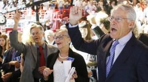 Jim, Alice y Rob Walton en una reunión anual de accionistas de Walmart en Fayetteville, Arkansas (EE.UU.), 2013.
