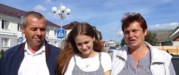 Yulia Moiséyenko con sus padres biológicos en lo que fue un emotivo reencuentro.