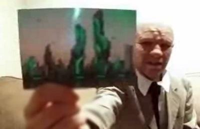 Alexander Smith, presunto viajero en el tiempo, muestra una foto que según él tomo en una ciudad del futuro.