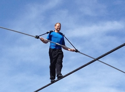 Nik Wallenda en una de sus atrevidas caminadas en la cuerda floja.