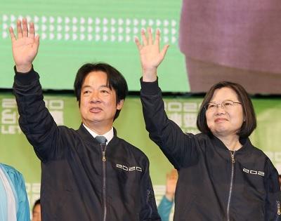 La presidenta Tsai Ing-wen y su compañero de fórmula, Lai Ching-te, saludan a sus partidarios tras conocerse los resultados de las elecciones presidenciales el 11 de enero. (Foto de CNA)