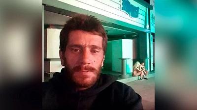 Dimitris Aspiotis, el peligroso violador, se tomó fotos tras salir de la cárcel en lugares donde cometió algunos de sus delitos.